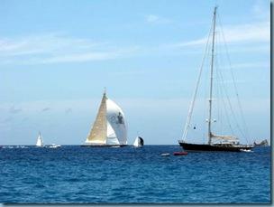 20110327 17'48 07 Regata, el barco del spi negro tiene unos 40 pies